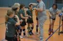 Die Mädchen erhalten ihre Goldmedaille - die Mienen hellen sich auf.